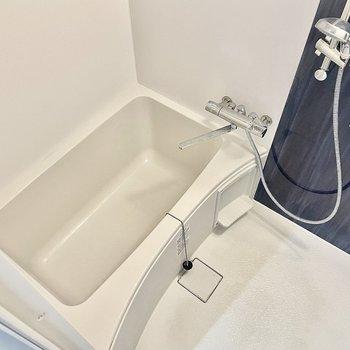 シャワーヘッドの高さは調整可能です。