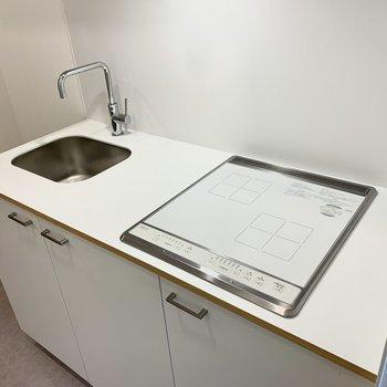 キッチンは掃除がしやすいIHコンロ。※写真は別部屋のもの