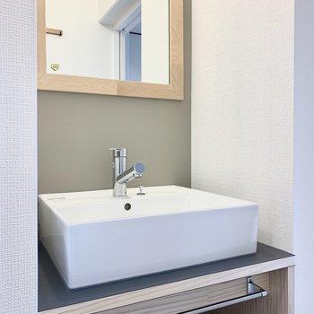 お部屋のアクセントクロスと色を合わせた洗面台。いつもの身支度もここなら特別になりそう!※写真は別部屋のもの