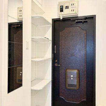 白いタイルとアンティークな扉のコントラストが◎可動棚で無駄なく楽しく靴を並べて※写真は別部屋のもの