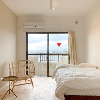 ベッドにテーブル、一人がけソファ、テレビも十分置けちゃいます。(※写真は異なるカラーの別部屋のもの、家具はサンプルです)