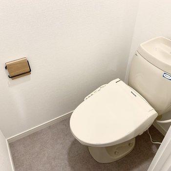 トイレはウォシュレット付きに。木製で揃えられたロールホルダーや収納棚が可愛らしい。※写真は別部屋のもの