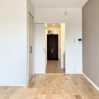 明るい木の床、白とグレージュの壁に時々アクセントの黒がちらり※写真は別部屋のもの