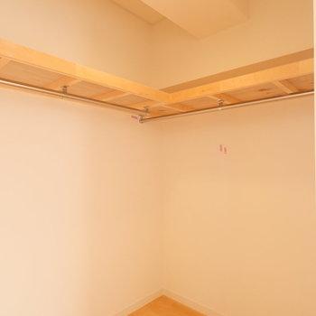 【洋室6.5帖】ハンガーパイプがあり、お洋服をたくさんしまえます。 ※写真は前回募集時のものです