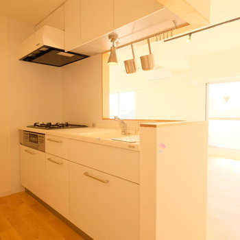 【LDK】ゆったり立てるキッチンになっています。 ※写真は前回募集時のものです