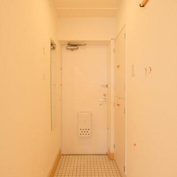 白タイルのかわいい玄関には、フックや鏡がついています。 ※写真は前回募集時のものです