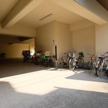屋根付き駐輪場も。