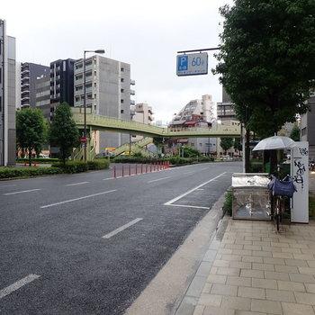 【周辺環境】正面は大通りでしたー!車がたくさん通ります。