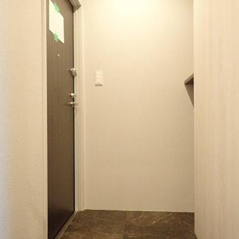 玄関より広かったかも。※この写真のみ8階別部屋のものになります。床の色がちがいます。