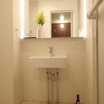 洗面台!鏡は間接照明でおめかし!