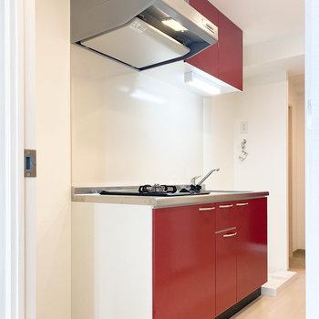 目が覚めるほど真っ赤なキッチン!(※写真は10階の反転間取り別部屋のものです)