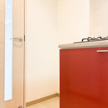 キッチンの隣には冷蔵庫を置けるスペース。(※写真は10階の反転間取り別部屋のものです)