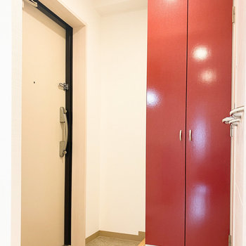 玄関の前には背の高さほどあるシューズボックス。中身はというと......(※写真は10階の反転間取り別部屋のものです)