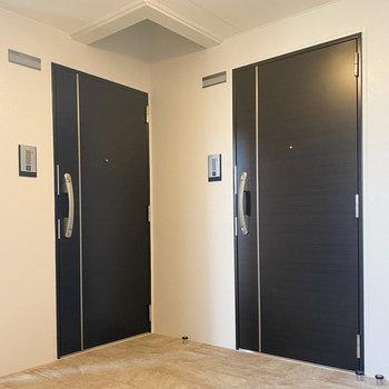 綺麗に整った共用スペース。ブラックの扉がかっこいい〜。