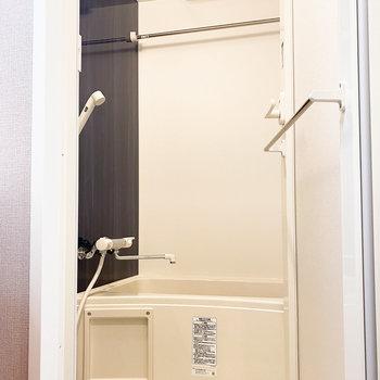 それと対をなす落ち着きのある浴室。雨の日に便利な乾燥機も嬉しいなぁ。