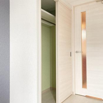 クローゼットの中身は爽やかなグリーン◎(※写真は10階の反転間取り別部屋のものです)