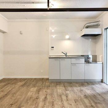キッチンは白。横に冷蔵庫やラックを置きましょう