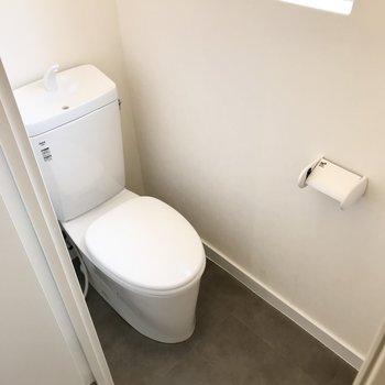 トイレは換気扇の代わりに小窓がありました。掃除しやすそうなスッキリ空間です