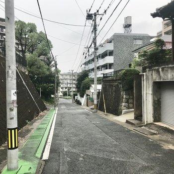 周辺は住宅街。緩やかな坂です
