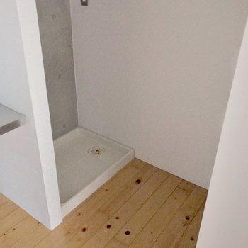 洗濯機は大きめのサイズも置けそうです。向かいには収納もあります。(※写真は13階の反転間取り別部屋のものです)