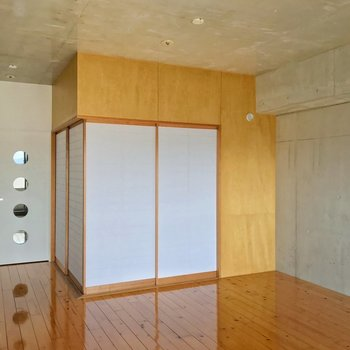 手前に仕切られているのは約4.5畳の和室。木の温かみがありますね。(※写真は13階の反転間取り別部屋のものです)