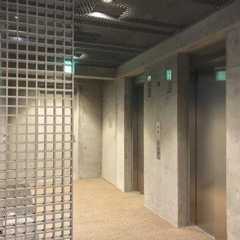 エレベータは2基あります。すぐ右側にあるお部屋でした。