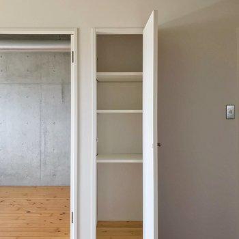 隣の収納は書類整理にぴったり。(※写真は13階の反転間取り別部屋のものです)