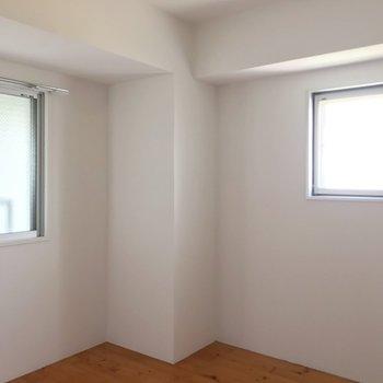 こちらは約4.9帖。どちらもダブルベッドを置ける広さがしっかり。(※写真は13階の反転間取り別部屋のものです)