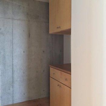 背面には棚も。(※写真は13階の反転間取り別部屋のものです)