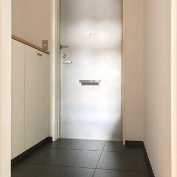 玄関もゆったりと。(※写真は13階の反転間取り別部屋のものです)