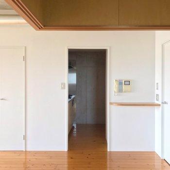 向かいにキッチン。(※写真は13階の反転間取り別部屋のものです)