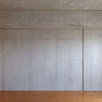 コンクリート打ちっ放しの壁がクールです。(※写真は13階の反転間取り別部屋のものです)