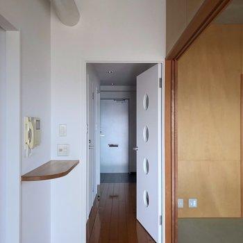 廊下側にも洋室があります。(※写真は13階の反転間取り別部屋のものです)