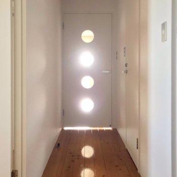 振り返ると◯が並んだドア。(※写真は13階の反転間取り別部屋のものです)