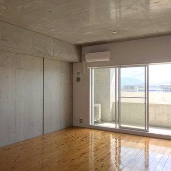 リビングスペースは約12.7帖。ゆったりしています。(※写真は13階の反転間取り別部屋のものです)