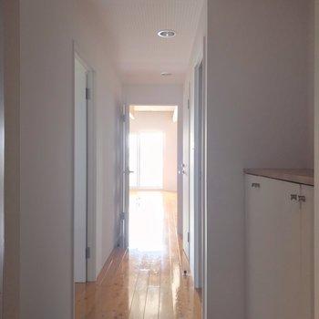玄関扉を開けたところからきれいな床。(※写真は13階の反転間取り別部屋のものです)