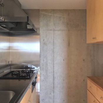 冷蔵庫はコンロの向かいに置けます。(※写真は13階の反転間取り別部屋のものです)