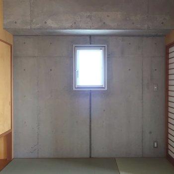 小窓もついています。(※写真は13階の反転間取り別部屋のものです)