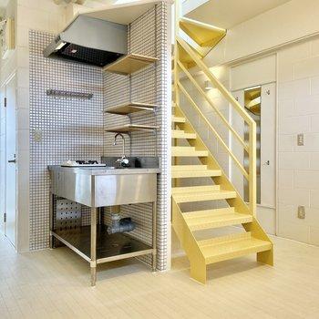 【下の階】まずはLDK!シルバーキッチンと、ミモザイエローの階段。一見ちぐはぐですがどちらも金属製なのがポイント。