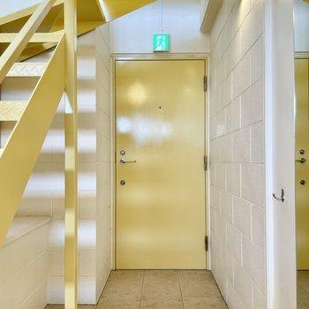 【下の階】最後は、階段下の玄関。たたきはゆったり。