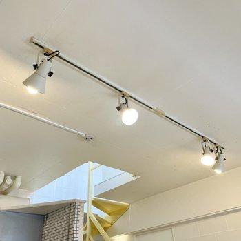 【下の階】天井にライティングレール。どうやら前の住人さんがライトを4つ付けたらしい。