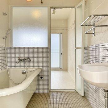 【上の階】階段横はバスルーム!アメセパタイプです。