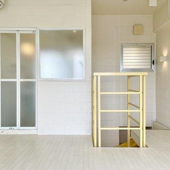 【上の階】広さは8帖ほど。階段のところにも換気窓があるので風が通りやすいです。