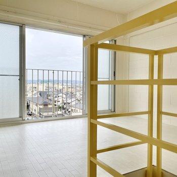 【上の階】歩きやすい階段をぐるりと上がると、洋室です!大きな窓に首ったけ。