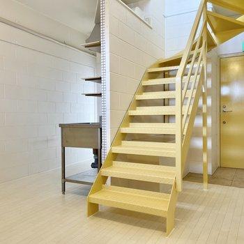 【下の階】壁や天井は白塗りのコンクリ!パステルだけどなかなか無骨なデザインです。