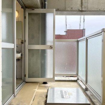 【上の階】バルコニーはバスルームを通って出ることができます。なかなかの広さ!