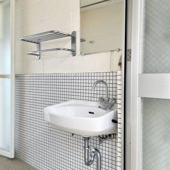 【上の階】洗面台の横にはタオルなどを置けますよ。