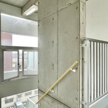 【共用部】共用部は窓とコンクリで彩られ、まさにデザイナーズ。