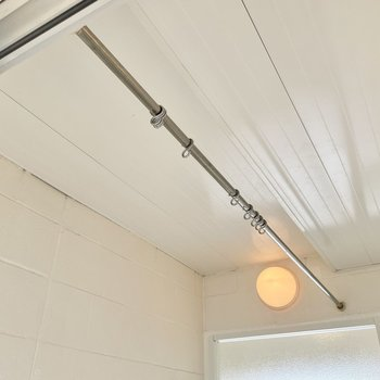 【上の階】シャワーカーテンが設置できます。