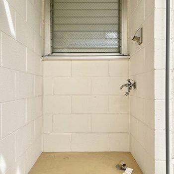 【上の階】あら、階段下に洗濯機置き場がありました。